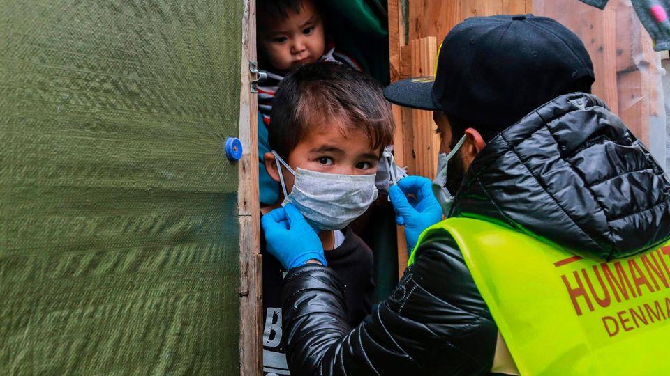 Ein kleiner Junge erhält eine Schutz-Maske