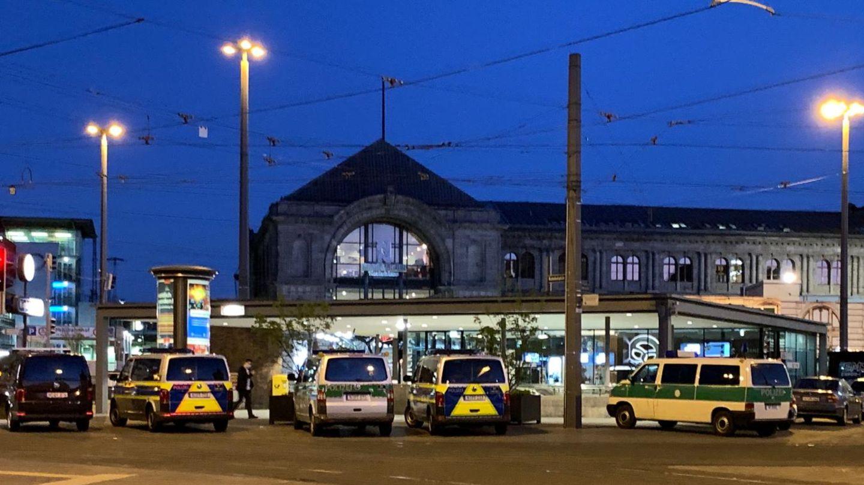 Streifenwagen und Zivilfahrzeuge der Polizei stehen auf dem Platz vor dem Hauptbahnhof in Nürnberg