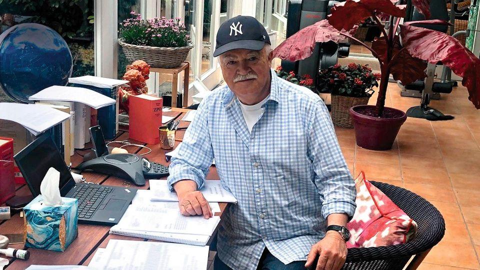 Peter Gauweiler, 70, im Wintergarten seines Hauses am Starnberger See – derzeit sein Homeoffice