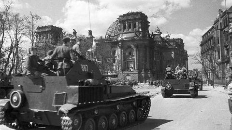 Russische Panzer vor dem Reichstag