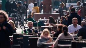 Menschen sitzen an der Berger Straße in Frankfurt noch in den Straßencafes