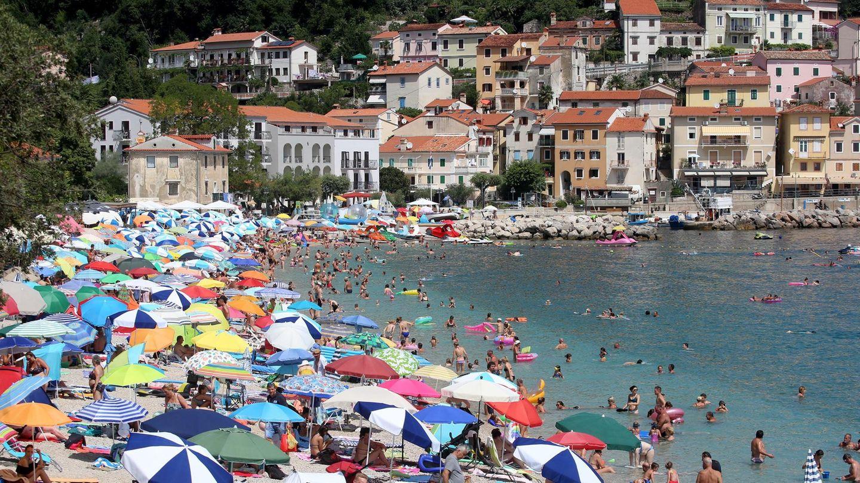 Voller Strand in Moscenicka Draga an der kroatischen Adriaküste