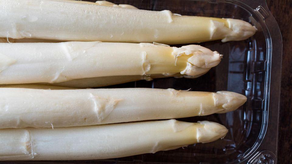 Weißer Spargel in Plastikverpackung