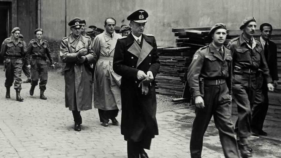 Karl Dönitz (Mitte), GeneralAlfred Jodl und Rüstungsminister Albert Speer nach ihrer Verhaftung.