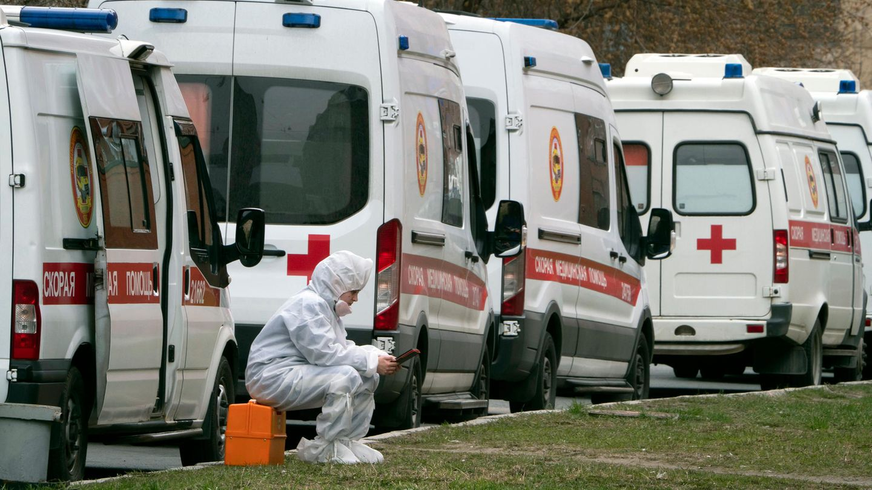 Russland, St.Petersburg:Krankenwagenstehen Schlange