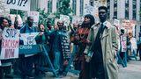 """When They See Us  """"When They See Us"""" erzählt den wahren Fall der Central Park Five: Es ist die Geschichte von fünf unschuldigen Jugendlichen, die im Frühjahr 1989, also vor drei Jahrzehnten, für die Vergewaltigung einer Joggerin verurteilt wurden. Es ist ein unheilvolles Lehrstück über die Dynamik rassistischer Ungerechtigkeit - und rührt zu Tränen.  Spielzeit: rund fünf Stunden über vier Episoden  Verfügbar auf: Netflix"""