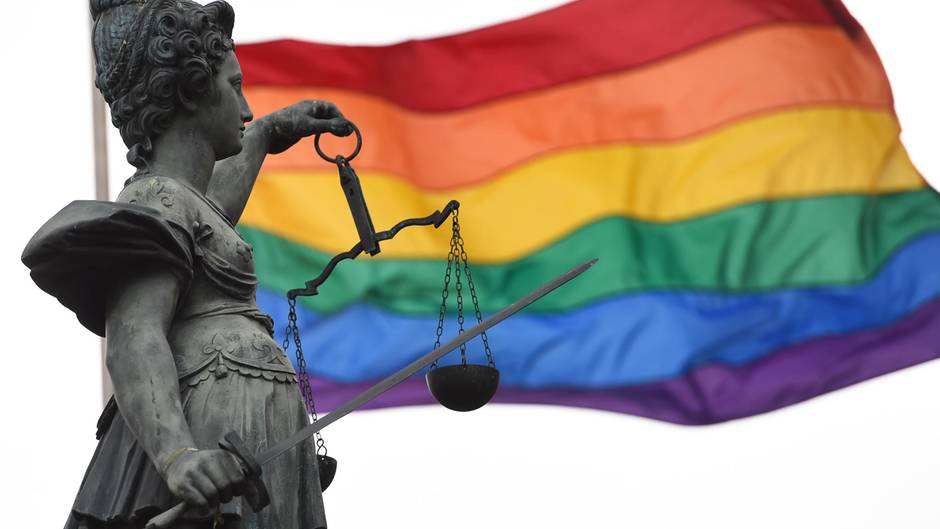 Die Regenbogenfahne wehr auf dem Frankfurter Römerberg.