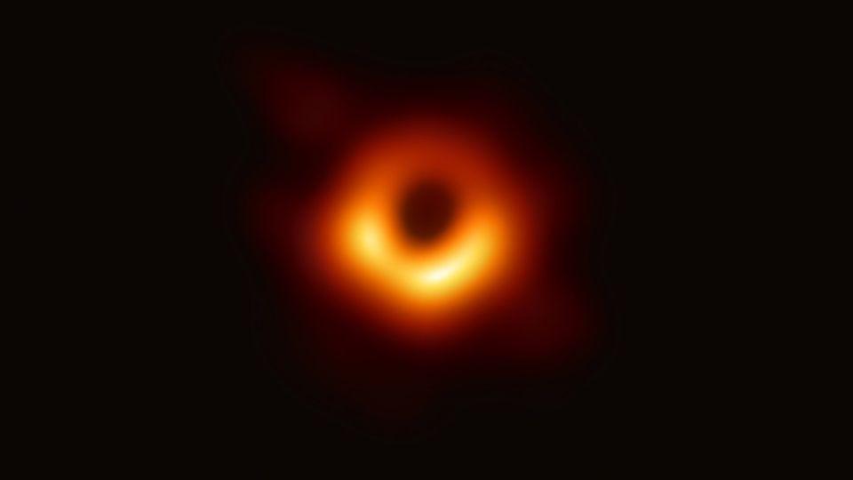 ein schwarzes Loch leuchtet