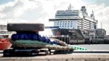 """Liegt seit dem 28. April amSteubenhöft in Cuxhaven und steht unter Quarantäne: das Kreuzfahrtschiff """"Mein Schiff 3"""" von Tui Cruises"""