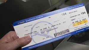 Boarding-Pass vor Kontrollgerät