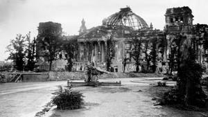 Das stark beschädigte Berliner Reichstagsgebäude 1945 in einer Schwarz-Weiß-Aufnahme