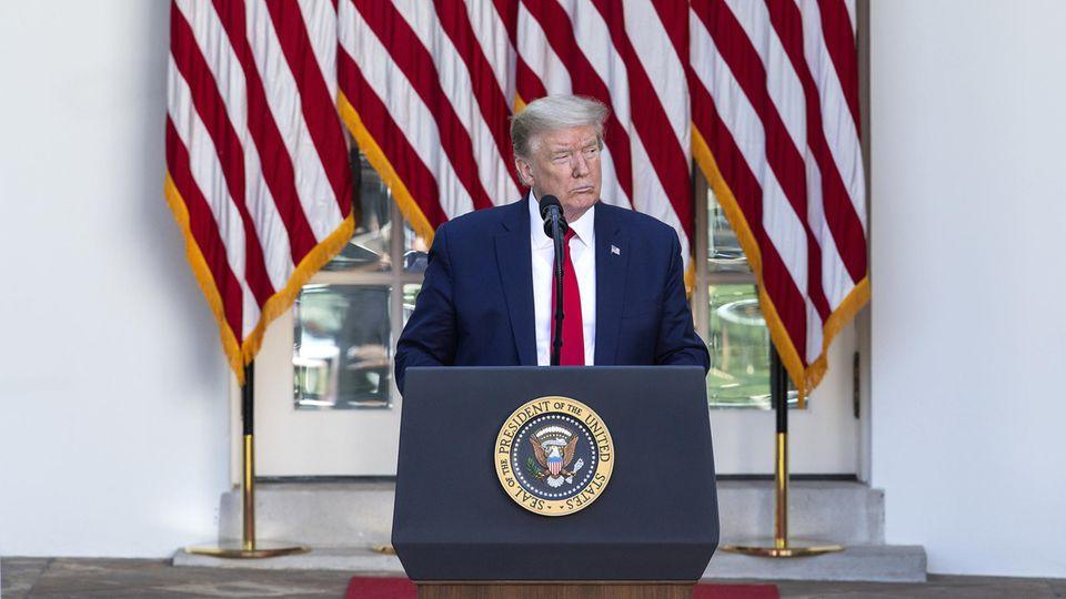 Donald Trump, Präsident der USA, spricht während des nationalen Gebetstages im Rosengarten des Weißen Hauses