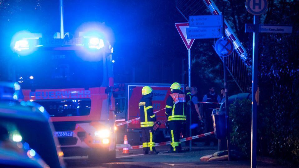 Nachrichten aus Deutschland: Feuerwehrleute stehen am abgesperrten Einsatzort