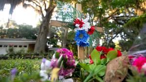 Trauernde haben in der Nähe des Tatortes eine provisorische Gedenkstätte errichtet