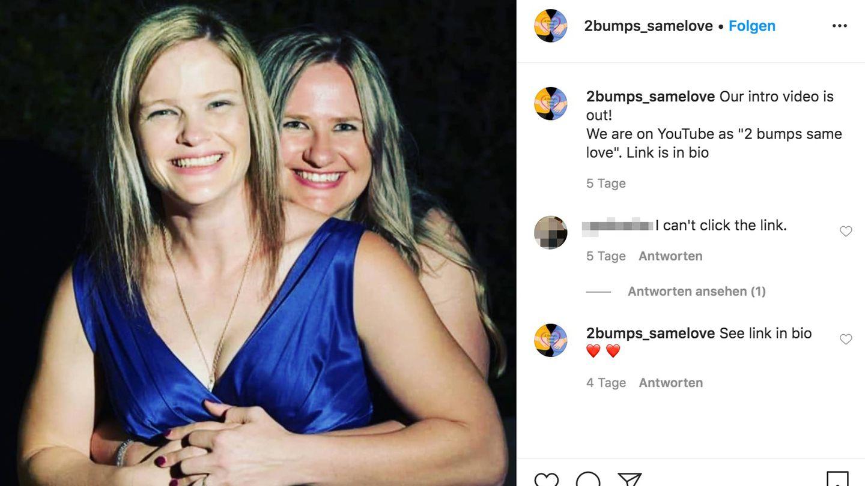 Zwei Frauen strahlen glücklich in die Kamera