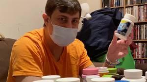 Michael Shawki sitzt in seiner Wohnung in Brooklyn, New York. Wegen Corona hat er seinen Job verloren.