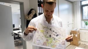 Der Virologe Hendrik Streeck mit einer Karte von Gangelt