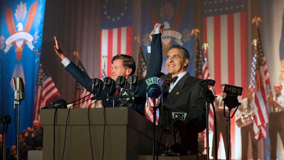Sky-Serie The Plot Against America: Rabbi Finkelstein hält die Hand von Charles Lindbergh hoch