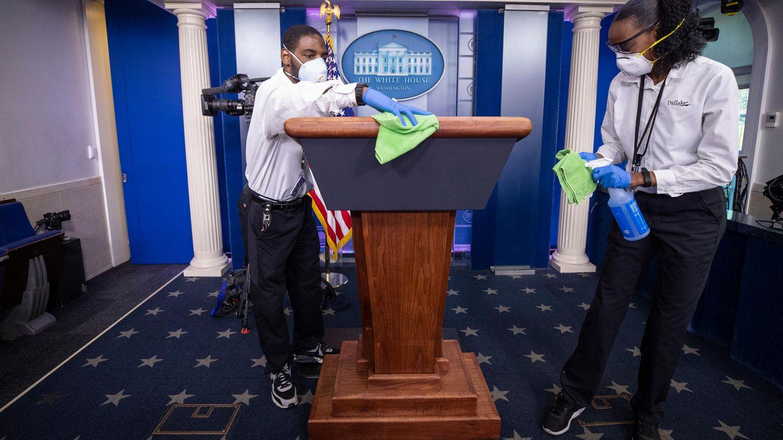 Ein Reinigungsteam wischt das Rednerpult ab, bevor US-Präsident Trump spricht
