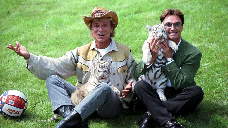 """Die deutschen Magier Siegfried (l.) und Roy,im """"Hollywood-Safari-Park"""" mit zwei weißen Tiger-Jungen"""