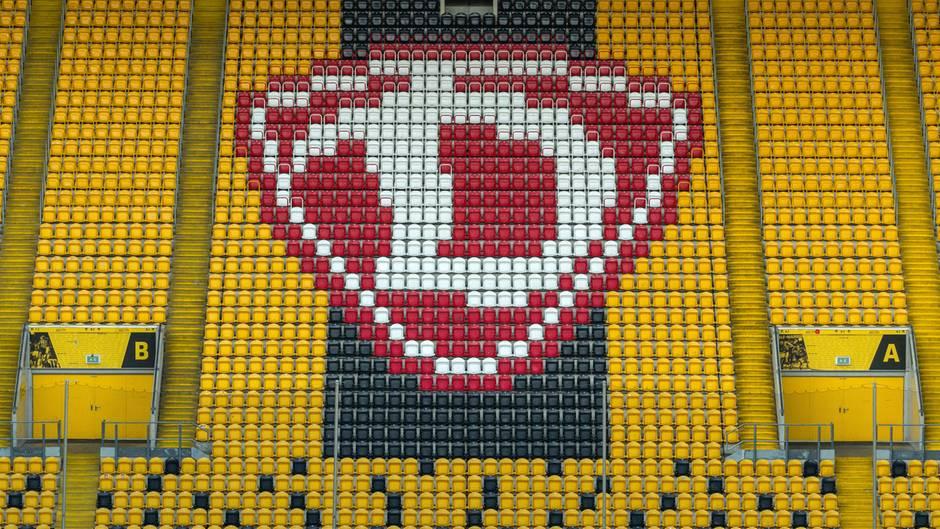 Hochgeklappte Sitze und ein Dynamo-Logo sind im Rudolf-Harbig-Stadion zu Dresden