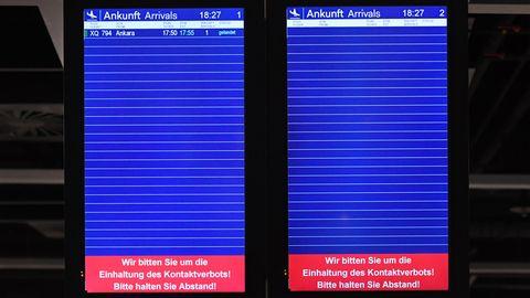Anzeigetafel am Flughafen während der Corona-Krise