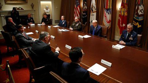 Donald Trump leitet Sitzung im Weißen Haus