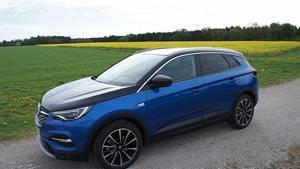 Der Opel Grandland X Hybrid4 bringt stattliche 1.875 Kilogramm auf die Waage