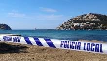 Port Andratx auf Mallorca: Mit einem Absperrband der Polizei ist der Zugang zu einem Strand abgesperrt.