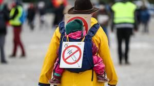 """Protestkundgebung der Initiative """"Querdenken""""auf dem Cannstatter Wasen in Stuttgart"""