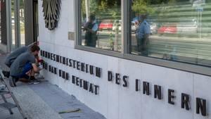 Der Mitarbeiter des Bundesinnenministerium ist einem Bericht zufolge von seinen Dienstpflichten entbunden worden
