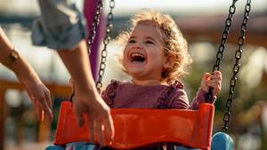 Coronavirus: Kind auf Spielplatz