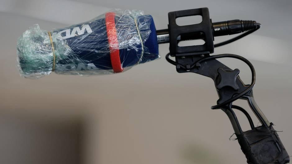 Ein in Plastikfolie eingewickeltes WDR-Mikrofon