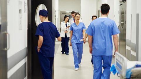 Krankenhauspersonal läuft durch Krankenhaus