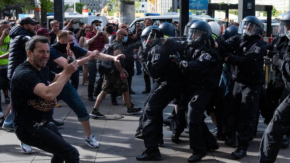 Proteste und Verschwörungstheorien – in der Coronakrise droht neue Radikalisierungswelle
