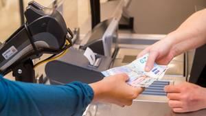 Bargeld an der Supermarktkasse