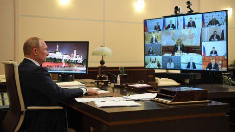 Wladimir Putin während einerVideokonferenz mit russischen Regierungsbeamten