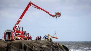 Rettungskräfte bergen eine Leiche an der Küste von Scheveningen in den Niederlanden