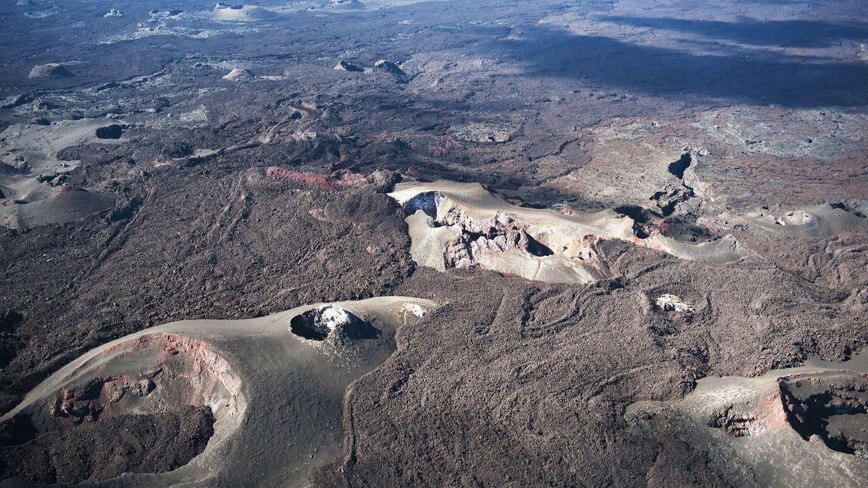 The Sierra Negra, Galápagosinseln, Ecuador  1000 Kilometer westlich von Ecuadorbefindet sich im Pazifischen Ozean nicht nur ein Tierparadies, sondern auf Isabela Islandauch einevulkanischen Urlandschaft. Eine leichte Wanderung führtdurch eine mondähnliche Kraterlandschaft aus beigen, purpurroten und ockerfarbenen Felsen, Fumarolen und zerklüfteten Felsvorsprüngen.