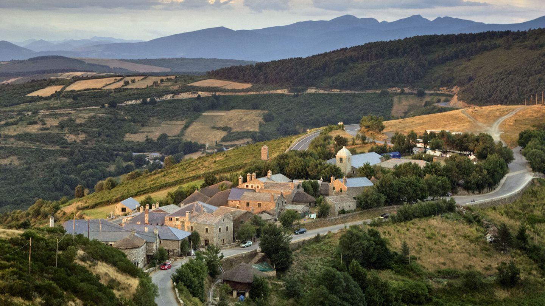 Jakobsweg, u.a. Frankreich und Spanien  Europas berühmter 800 Kilometer langer Pilgerweg, derCamino deSantiago, wird am häufigsten auf dem Abschnitt zwischen denfranzösischen Pyrenäen undSantiago de Compostela begangen. Hier im Bild das Dorf O Cebreiro. Es ist die erste Station für Pilger in Galicien.