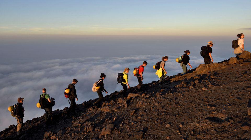 Stromboli, Italien  Auf zum Gipfel des mindestens seit 3000 Jahren aktiven Vuilkans, der auf einer Insel vor der Nordostküste Siziliens liegt. Die Besteigung des Stromboli nimmt ungefähr fünf Stunden für den Hin- und Rückweg in Anspruch.