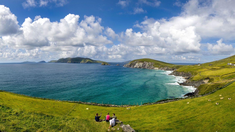 """The Dingle Way, Irland  Eine 170 Kilometer lange Wanderung in Form einer Schleife:Auf Wanderwegen und kleinen, einsamen Landstraßen, die als """"boreens"""" bezeichnet werden, geht es zu Fuß durch die Hügellandschaften des Mount Brandon, vorbei an wilden Stränden, weiten Mooren und Ackerland mit Schafen und Steinhäusern."""