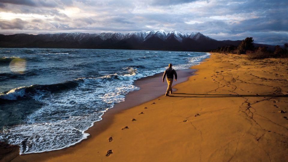 Geat Baikal Tail, Russland  Dieser Fernwanderweg soll einmal rund um den ältesten und tiefsten See der Welt führen. Noch ist er nicht fertiggestellt, aber ein leicht zugänglicher Abschnitt von 58 Kilometern Länge beginnt in Listwjanka, einem eigenwilligen Kurort, und führt am Seeufer entlang bis zur Gemeinde Bolschie Goloustnoje, von wo aus man per Bus nach Irkutsk gelangt.