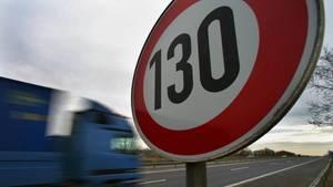 Ein 130 km/h-Schild auf einer Autobahn