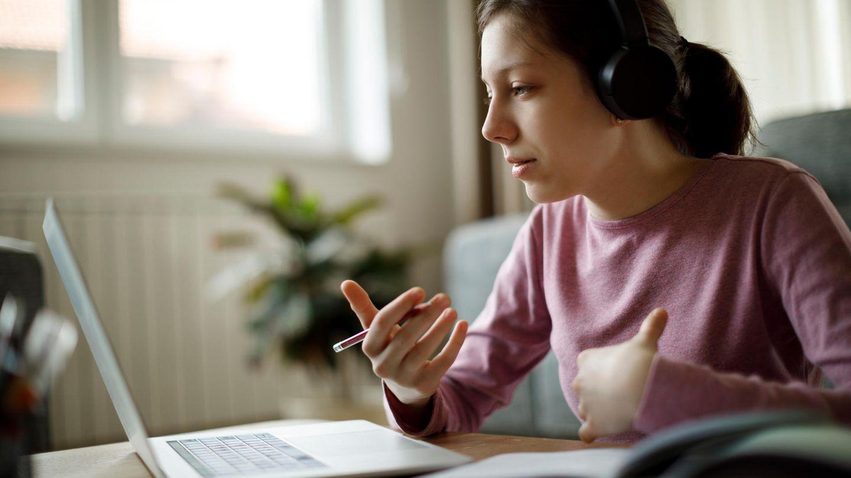 Frau lernt am Laptop