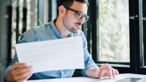 Mann lernt vor seinem Laptop
