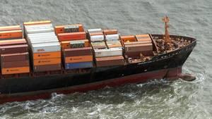 Ein Containerschiff der Hapag Lloyd Reederei