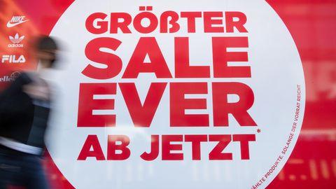 Der Modehandel wirbt, wie hierin Düsseldorf, mit Rabatten