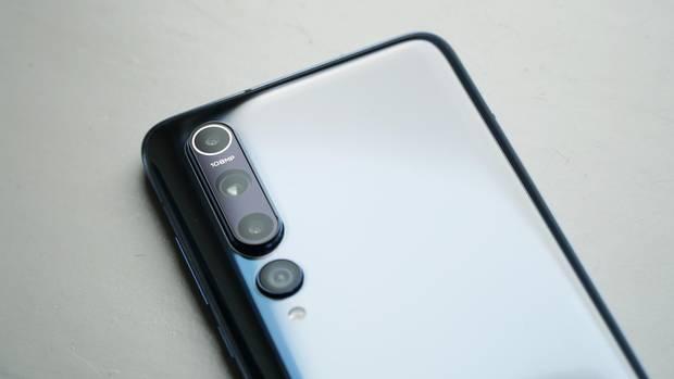 Vier Kameras verbergen sich auf der glänzenden Rückseite.