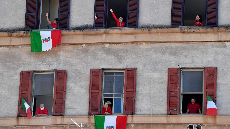Einwohner Roms, die wegen des Lockdowns ihre Wohnungen nicht verlassen durften